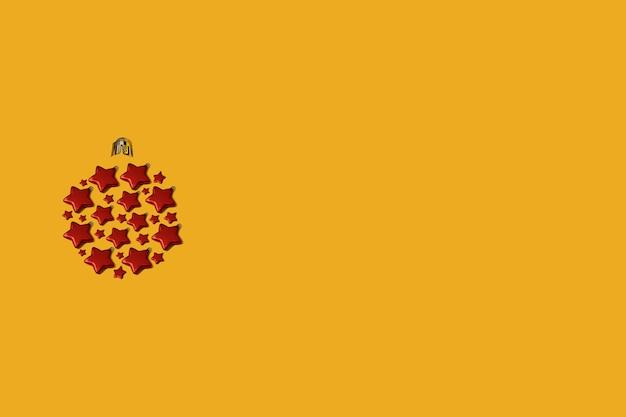 Bugiganga de natal feita de enfeites em forma de estrela vermelha em um fundo amarelo. conceito de ano novo plano leigos com espaço de cópia.