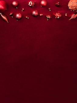 Bugiganga vermelha de decoração de natal e fita em tecido de feltro vermelho de veludo vista superior mesa backgorund