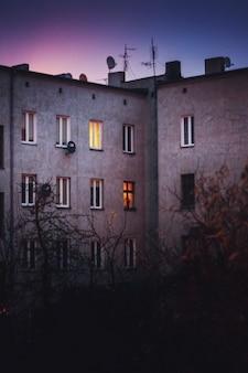 Buildingat noite com uma janela com luz