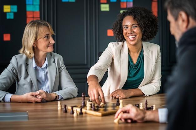 Buiness amigos jogando uma partida de xadrez