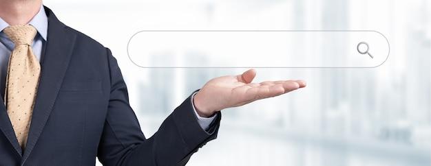 Buisnessman mão mostrar o botão do fundo da tela da barra de pesquisa em branco, conceito de negócios e tecnologia, banner da web, pesquisando o conceito de rede de informações de dados de navegação na internet