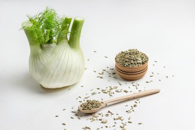 Bulbo de erva-doce, sementes de erva-doce em colher e caixa.
