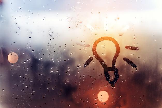 Bulbo de imagem desenhada de mão em fundo de vidro suado