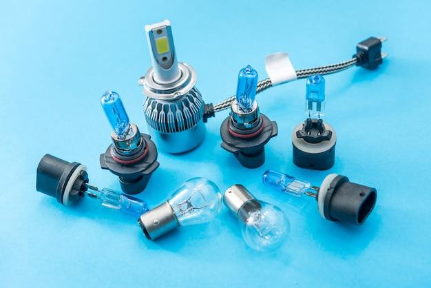 Bulbo de vidro de auto halogênio diferente isolado sobre fundo azul. lâmpada de luz vechile para uso em iluminação em movimento.