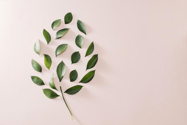 Bulbo do conceito de energia verde eco, lâmpada folhas em fundo rosa.