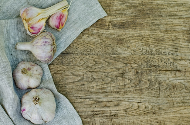 Bulbos de alho em uma madeira rústica