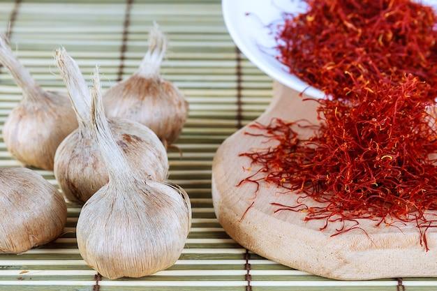 Bulbos de crocus sativus, açafrão de especiarias secas na placa de madeira sobre um fundo de madeira. plantando crocus sativus.