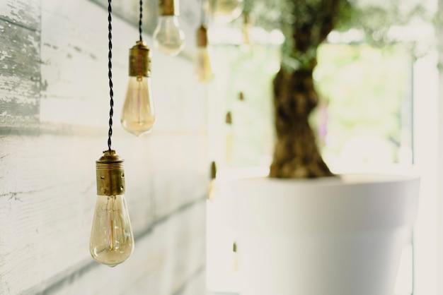 Bulbos de decoração alongada pendurado no teto de madeira.