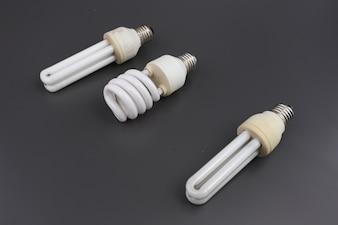 Bulbos de néon pequenos isolados sobre o fundo cinzento.