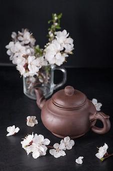 Bule de chá chinês e damascos de flores