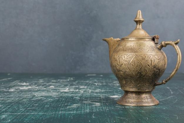 Bule de chá clássico isolado na mesa de mármore.