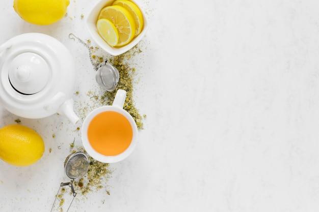 Bule de chá com espaço de cópia na mesa branca