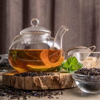 Bule de chá com rodelas de limão