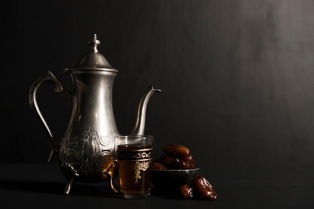Bule de chá de alto ângulo para o dia do ramadã