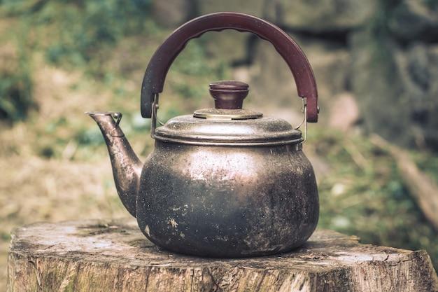 Bule de chá de alumínio vintage grande, chaleira, fogão, isolado no fundo branco com traçado de recorte