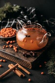 Bule de chá de ângulo alto com espinheiro