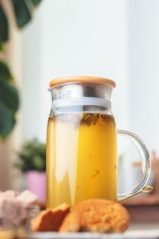 Bule de chá de chá de ervas em uma mesa de madeira de perto