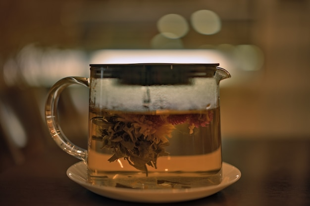 Bule de chá de vidro com chá aromático fresco revigorante.