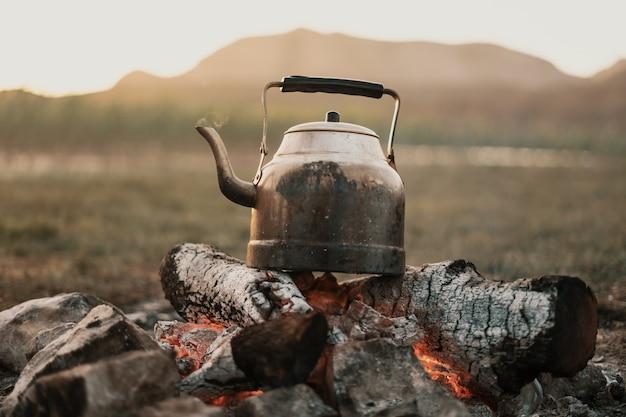 Bule de chá no fogo da montanha