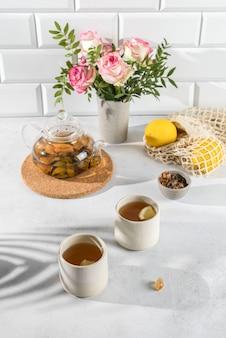 Bule de chá transparente em um fundo claro