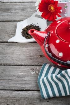 Bule de chá vermelho de bolinhas