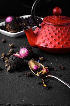 Bule e chá de folhas soltas
