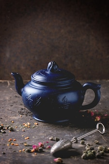 Bule e folhas de chá