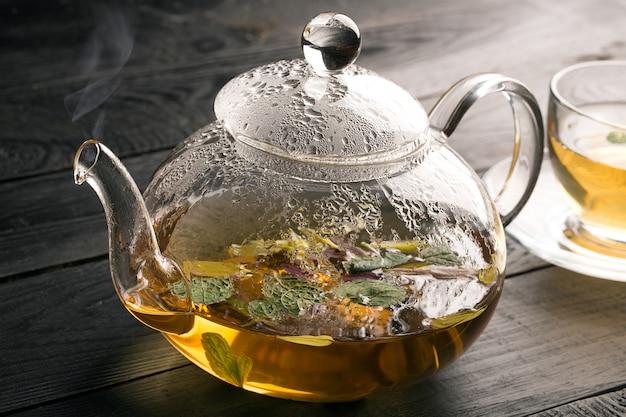 Bule e xícara com chá de flores