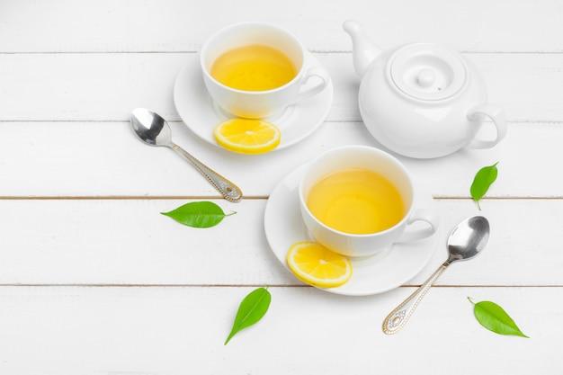 Bule e xícaras de chá