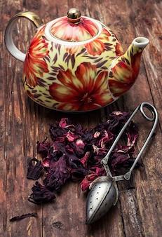 Bule no fundo de tipos de elite de chá
