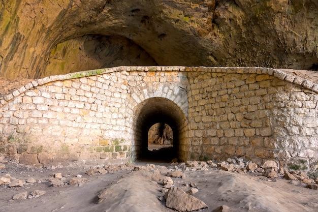 Bulgária. antigas paredes de pedra com arco na caverna devetaki
