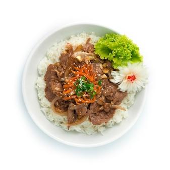Bulgogi mexa carne frita com cebola servida arroz
