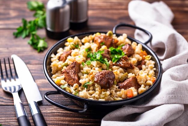 Bulgur com carne e legumes