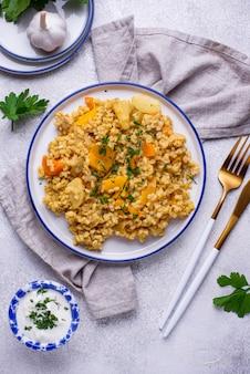 Bulgur saudável cozido com legumes