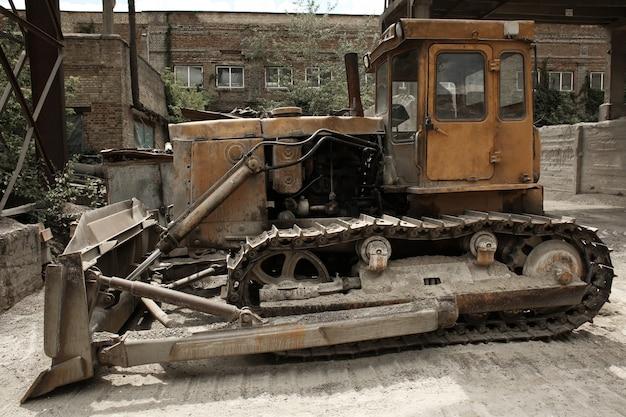 Bulldozer no território da central dosadora de concreto