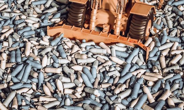 Bulldozer que movimenta milhares de garrafas plásticas vazias. conceito de reciclagem e desastre ambiental.