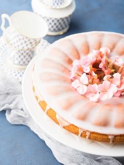 Bundt bolo com cobertura. flores de primavera festivo tratar