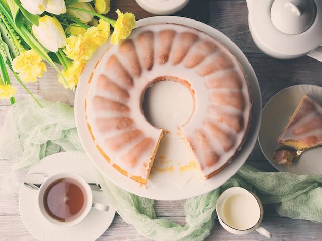 Bundt bolo com cobertura. sobremesa festiva de páscoa. tonificado