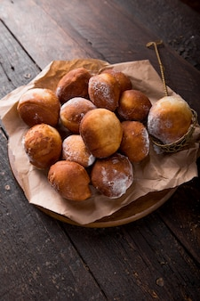 Bunuelos (bolinhos mexicanos), dourados, crocantes e tortilla. pilha de bunyols de quaresma, bolos típicos da catalunha, espanha, comidos na quaresma