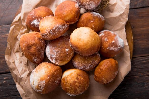 Bunuelos de viento - pastelaria frita doce tradicional colombiana. rosquinha de páscoa espanhola. bolinhos mexicanos dourados, crocantes e tortilla são polvilhados com açúcar