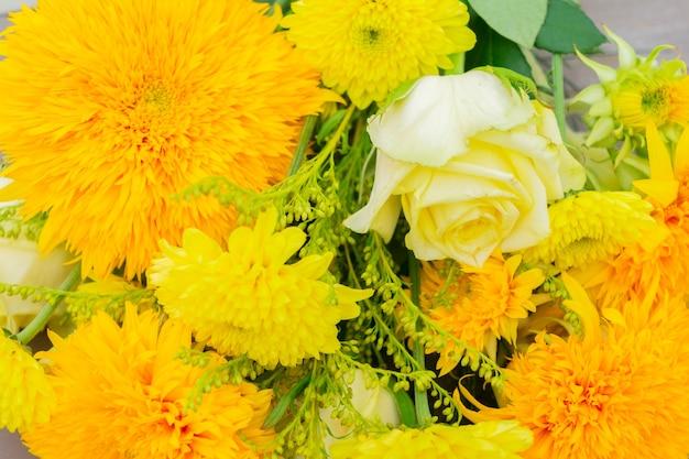 Buquê amarelo de outono com flores vibrantes close-up