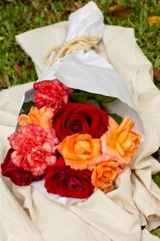 Buquê bonito de close-up de rosas vermelhas e laranja