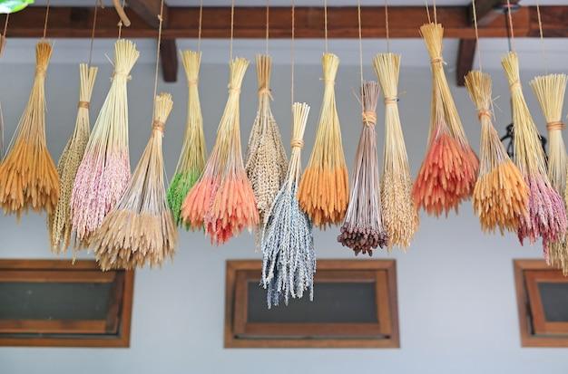 Buquê colorido de flores de grama seca pendurado em linha