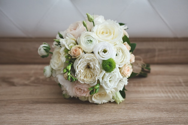 Buquê colorido lindo casamento para noiva. beleza de flores coloridas. bando de close-up de florzinhas. acessórios nupciais. decoração feminina para menina. detalhes para casamento e casal
