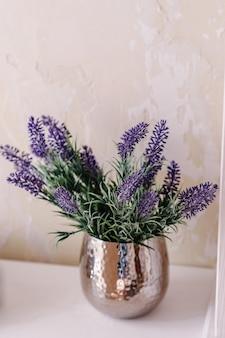 Buquê da noiva ou ramo de lavanda em um vaso sobre uma mesa branca. mesa de decoração de casamento com alfazema e vegetação. decoração interior chique para o estilo de casa.