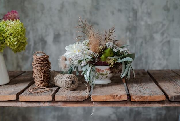 Buquê de arranjo floral grande sobre a florista de mesa