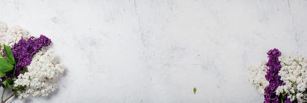 Buquê de branco e purpul lilás sobre fundo branco concreto