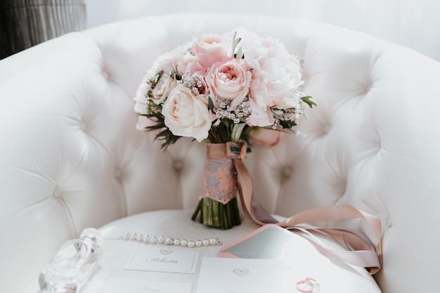 Buquê de casamento bonito com flores vermelhas, rosa e brancas, rosas e eucalipto, peônias, lírios