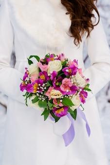 Buquê de casamento bonito nas mãos do desconhecido
