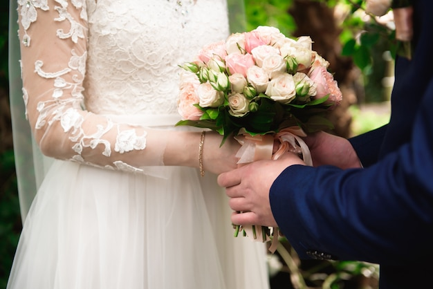 Buquê de casamento, bouqet de belas flores em um dia de casamento